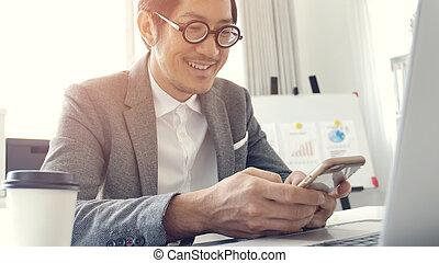 homme affaires, dans, bureau, portable utilisation, et, téléphone portable