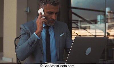 homme affaires, dehors, smartphone, mûrir, cafe.