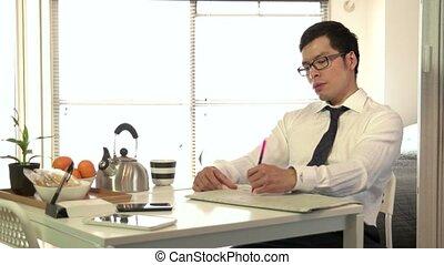 homme affaires, directeur, petit déjeuner, homme