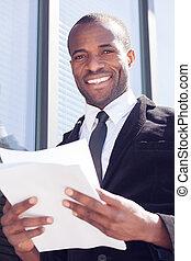 homme affaires, documents, noir, maniement, heureux