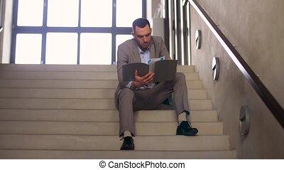 homme affaires, dossier, escalier, séance