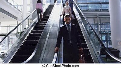 homme affaires, en mouvement, escalator, 4k, bureau, bas, moderne