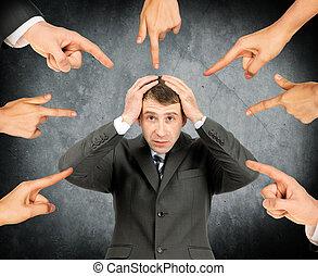 homme affaires, ensemble, doigts, shamed