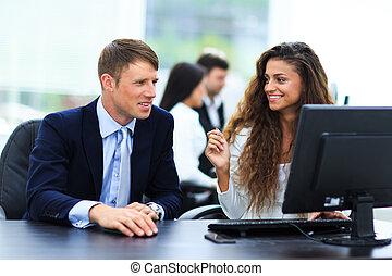 homme affaires, et, femme affaires, réunion, dans, moderne, bureau