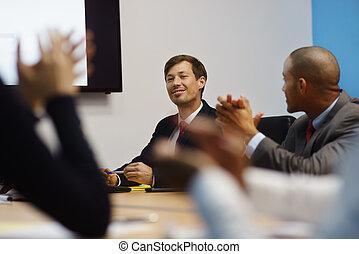 homme affaires, faire, présentation, et, gens, applaudir, dans, salle réunion
