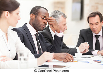 homme affaires, fatigué, réunion, pendant