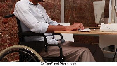 homme affaires, fauteuil roulant, fonctionnement