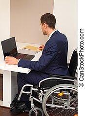 homme affaires, fauteuil roulant, sien, bureau