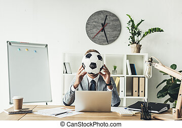 homme affaires, figure, balle, football, couverture