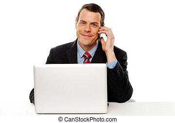 homme affaires, fonctionnement, et, conversation téléphone cellule