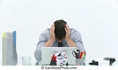 homme affaires, frustré, bureau fonctionnant