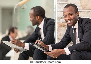 homme affaires, heureux, escalier, séance