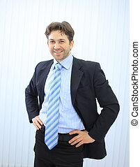 homme affaires, heureux, jeune, bureau, portrait