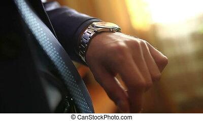 homme affaires, homme, regarder, fenêtre, montre, debout, horloge, mâle, sien, complet