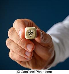 homme affaires, il, bois, épingle, emplacement, projection, symbole, cube