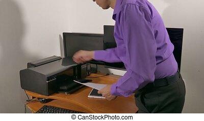 homme affaires, imprimante, bureau fonctionnant