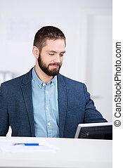 homme affaires, informatique, fonctionnement, bureau