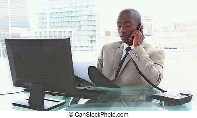 homme affaires, inquiété, téléphone