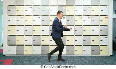 homme affaires, intérieur, jeune, danse