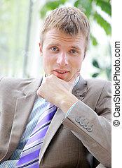homme affaires, jeune, chaise, séance, portrait, bureau, beau, sourire