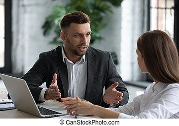 homme affaires, jeune, conversation, femme affaires, séduisant, boardroom., confiant