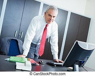 homme affaires, mûrir, bureau