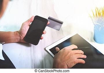 homme affaires, mains, tenue, plastique, carte de débit, et, utilisation, tablette numérique, et, ordinateur portable, computer., achats en ligne, concept.on, marbre, table, cornet alimentation soleil, effet