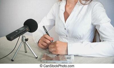 homme affaires, microphone, parole