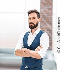 homme affaires, moderne, bureau, sérieux, debout