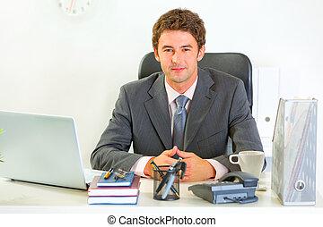 homme affaires, moderne, heureux, bureau, portrait