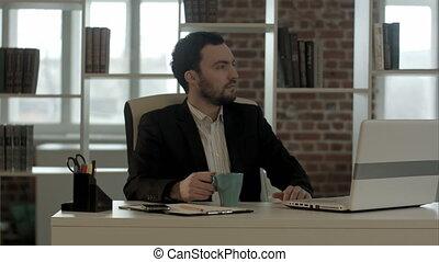 homme affaires, montre, thé, sien, regarder, ordinateur portable