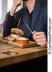 homme affaires, nourriture mangeant, dans, restaurant