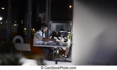 homme affaires, nuit, bureau, fonctionnement, late.
