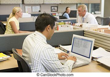 homme affaires, ordinateur portable, box