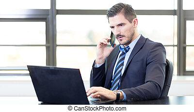 homme affaires, ordinateur portable, bureau fonctionnant, ...