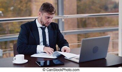 homme affaires, ordinateur portable, bureau fonctionnant