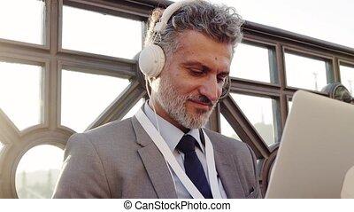homme affaires, ordinateur portable, city., mûrir