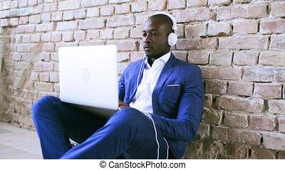 homme affaires, ordinateur portable, headphones., africaine