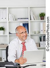 homme affaires, ordinateur portable, heureux