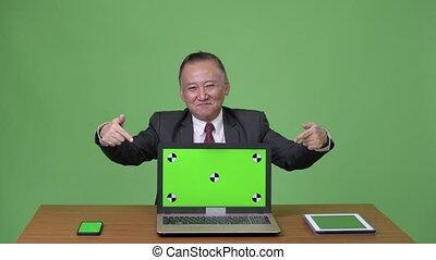 homme affaires, ordinateur portable, japonaise, fonctionnement, mûrir