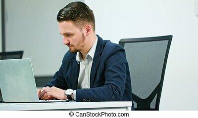 homme affaires, ordinateur portable, jeune, fonctionnement