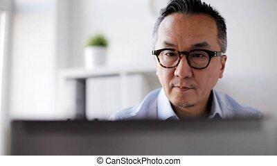 homme affaires, ordinateur portable, lunettes, bureau