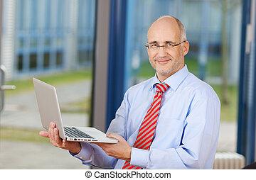 homme affaires, ordinateur portable, mûrir