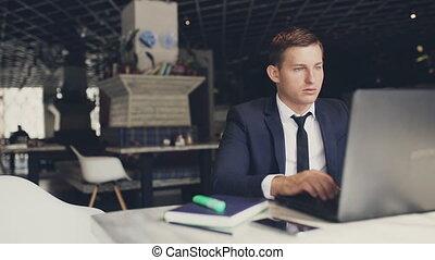 homme affaires, ordinateur portable, moderne, café