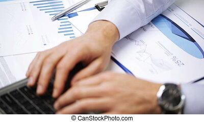 homme affaires, ordinateur portable, papiers, bureau, mains