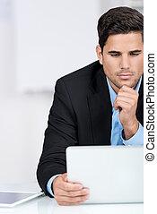 homme affaires, ordinateur portable, sien, lecture