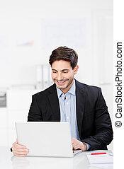 homme affaires, ordinateur portable, sien, sourire, assis