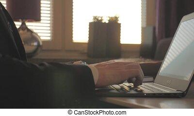 homme affaires, ordinateur portable, soir, travaux