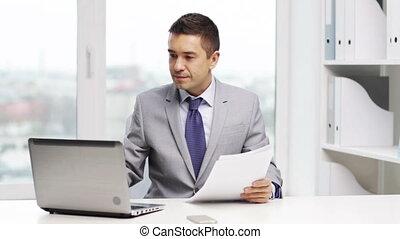 homme affaires, ordinateur portable, sourire, papiers