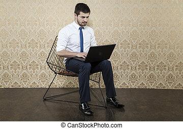 homme affaires, ordinateur portable, surpris, utilisation